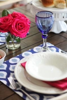 Five easy tips for setting a pretty table. Spend less time worrying about making things perfect and more time with good friends and family. HomeGoods has gorgeous table linens and glassware right now. Take advantage of it! #happybydesign #HomeGoods #sponsored