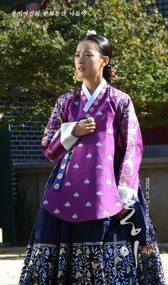 Purple Korean Hanbok, Korean Dress, Korean Outfits, Korean Traditional Dress, Traditional Dresses, Dong Yi, Beautiful Costumes, Korea Fashion, Korean Actresses