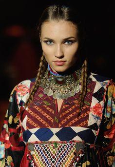Dress: Zarif Design by Zolaykha Sherzad - Afghan Fashion Show London. Boho Hippie, Boho Gypsy, Bohemian Style, Boho Chic, Ethnic Style, Tribal Fashion, Boho Fashion, Fashion Show, Vintage Fashion