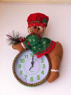 Aprende a como hacer reloj con muñeco navideño Christmas Clock, All Things Christmas, Christmas Holidays, Xmas, Christmas Ideas, Felt Christmas Decorations, Christmas Ornaments, Holiday Decor, Felt Crafts