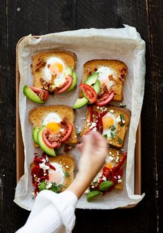 Sauce Hollandaise, Egg Toast, Caprese Salad, Avocado Toast, Muffins, Breakfast, Recipes, Plaque, Food