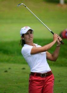 Mujeres jugando golf.