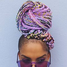 All styles of box braids to sublimate her hair afro On long box braids, everything is allowed! For fans of all kinds of buns, Afro braids in XXL bun bun work as well as the low glamorous bun Zoe Kravitz. Box Braids Hairstyles, My Hairstyle, African Hairstyles, Summer Hairstyles, Trendy Hairstyles, Hairstyle Ideas, Hairstyles Haircuts, Purple Box Braids, Long Box Braids