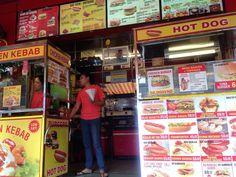 ありますベトナムの有名ビーチリゾート地ニャチャンで食べられます  ホットドッグにハンバーガー... しかし  せっかくベトナムに来たので今回は横に隣接してあるベトナム人気グルメバインミーを頂きました  サブウェイのような感じのものからパンの形が三角形のちょっとサクフワのものまで  バインミーはお店によって様々です  気になる味は...   ちょゲキうまです  知り合う人知り合う人に紹介する ケバブのバインミー  は口をそろえて皆んな言いますね  うんっっま  #taiwa #cocoacana #vietnam #nhatrang #ベトナム #ニャチャン #バインミー #ケバブ #旅 #旅行 #観光 #写真 #海外 #海外生活 #海外旅行 #バックパッカー #旅行大好き#旅人 #海外暮らし #自分磨き #地球の歩き方 #町並み #コラム #ここあかななわ