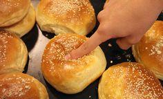 Υπέροχη συνταγή για να φτιάξετε τα πιο μαλακά ψωμάκια για χάμπουργκερ που έχετε φάει ποτέ. Εκτέλεση Ανακατεύετε το χλιαρό γάλα με την ζάχαρη, την μαγιά, το αυγό και το βούτυρο λιωμένο. Το αφήνετε στην άκρη μέχρι να αφρίσει. Ανακατεύετε το αλεύρι και το αλάτι. Προσθέτετε το μείγμα της μαγιάς όταν αυτό έχει αφρίσει. Ζυμώνετε για … Food Network Recipes, Cooking Recipes, The Kitchen Food Network, Minced Meat Recipe, Think Food, Food Tasting, Bread And Pastries, Dinner Rolls, Greek Recipes