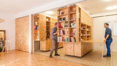 All I Own House de PKMN. Los objetos personales de Yolanda diseñan su cambiante apartamento.