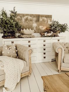 Gorgeous Winter Living Room Decoration Ideas - Appreciate a warm and comfortable climate in your living room all through the winter season. Update the space and welcome the New Year with an intrigu. Shabby Chic Farmhouse, Shabby Chic Homes, Shabby Chic Decor, Farmhouse Decor, Modern Farmhouse, Farmhouse Furniture, Country Decor, Farmhouse Style, Winter Living Room