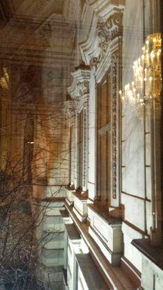Palais Auersperg - Fassade bei Nacht - fotografiert durch Fenster im Maria Theresien Saal. Masquerade Ball, Light In The Dark, Windows, Night