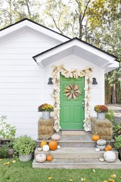 Decorate with Corn Husks: Add seasonal curb appeal with these easy DIYs. Click through to find more decorating porch ideas to try this fall.