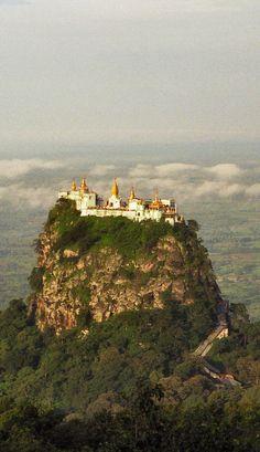 mont Popa en Birmanie. Un monastère bouddhiste se trouve à son sommet.