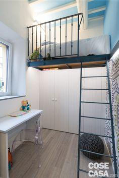 Diverse eppure niente affatto incompatibili, due stili  di casa convivono in questa abitazione: rurale da un lato, contemporaneo dall'altro, caratterizzato da soffitti a doppia altezza, finiture industriali  e pezzi di design che personalizzano gli ambienti.