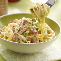 Spaghetti Carbonara - First meal ever made. Needs at least 3 different kinds of cheeses and don't skimp on the pepper. Pasta Recipes, Cooking Recipes, Healthy Recipes, Beef Recipes, Dinner Recipes, Spagetti Recipe, I Love Food, Pasta Dishes, Italian Recipes
