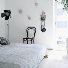 Appartamento in bianco, nero e grigio