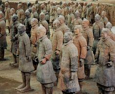 Tumba de Qin Shihuang (primeiro imperador chinês), que reinou entre 259 e 210 a.C. Mais de 8 mil estátuas de guerreiros adornam o local, que está localizado em Xian, na província de Shaanxi.