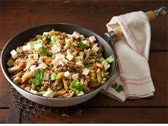 Salaattijuustopannu valmistuu helposti ja mutkattomasti yhdessä astiassa. Vaihda jauheliha halutessasi broileriksi ja pasta nuudeleiksi. Salaattijuustokuutiot tuovat ruokaan ripauksen suolaa ja raikkaan hapokkaan maun. Maistuu koko perheelle!