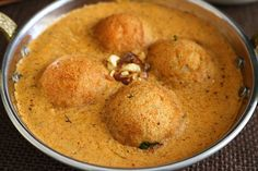 Malai Kofta Masala is a famous North Indian gravy of fried paneer and potato dumplings swimming in a delicious tomato based cream sauce. Paneer Recipes, Curry Recipes, Indian Food Recipes, Ethnic Recipes, Indian Flat Bread, Masala Curry, Clay Oven, Creamy Spinach, Chicken Tikka