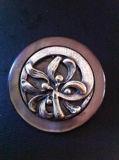 1 bouton en nacre et argent à décor de gui ajouré Circa 1900