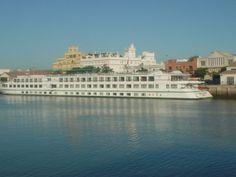 Detalle del crucero 'La Belle de Cadix' atracado en la Terminal de Pasajeros
