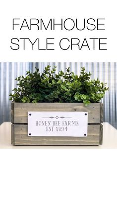 DIY FARMHOUSE STYLE DECOR Turn a craft store crate into a cute farmhouse accent in minutes. This easy craft idea makes adorable decor affordable. Get the vintage style you love without the price tag. Cageots Vintage, Vintage Stil, Style Vintage, Vintage Crates, Decor Crafts, Home Crafts, Easy Crafts, Crate Crafts, Country Farmhouse Decor