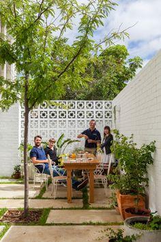 🌟Tante S!fr@ loves this📌🌟The Nature Inspired Eco House Back Gardens, Outdoor Gardens, Modern Gardens, Garden Modern, Small Gardens, Breeze Block Wall, Front Courtyard, Courtyard Ideas, Courtyard Gardens