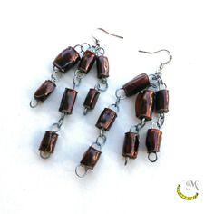 Orecchini pendenti lunghi con perline di plastica riciclata arrotolate a mano - marrone