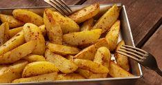 A tepsis krumpli kívül ropogós, belül puha, ráadásul nem tocsog az olajban. Sweet Potato, Tapas, Carrots, Recipies, Potatoes, Vegan, Vegetables, Cooking, Tableware