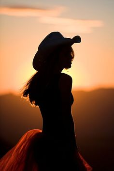 Cowgirl in pink sunset sky sunset pink clouds pretty hat country cowgirl silhouette Estilo Cowgirl, Cowgirl Chic, Cowboy And Cowgirl, Cowgirl Style, Cowgirl Wedding, Cowboy Hats, Country Life, Country Girls, Country Quotes