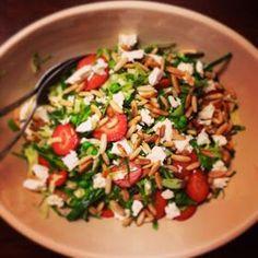 Sprød spidskålsalat med et strejf af sommer i form af søde jordbær og ærter Ingredienser Spidskål Jordbær, skivet Ærter F...