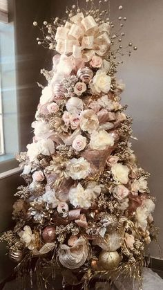 Perfect Gold Christmas Tree Decoration Ideas If you are looking for trendy innovative ways to decorate for Christmas, you've come to the right place. You could […] Wallpaper for the wall design and ideas Perfect Gold Christmas T Rose Gold Christmas Tree, Rose Gold Christmas Decorations, Elegant Christmas Trees, Christmas Tree Themes, Noel Christmas, Rustic Christmas, Flocked Christmas Trees Decorated, Vintage Christmas, Christmas Island