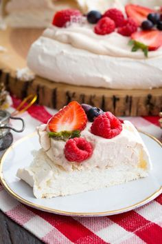 Christmas Pavlova Recipe - a wreath-shaped meringue cake with whipped cream, cranberry topping and pomegranate arils. A beautiful dessert for the holidays! Vegan Strawberry Shortcake, Strawberry Pudding, Strawberry Blueberry, Pudding Recipes, Cake Recipes, Dessert Recipes, Köstliche Desserts, Delicious Desserts, Lemon Cheesecake Bars