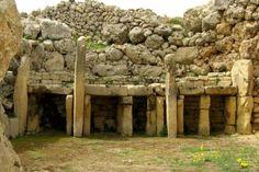 Los templos de Ġgantija, en la isla de Gozo, Malta, son 2 templos megalíticos del período Neolítico. Se estima que su construcción data de entre los años 5.000 a. C. y 2.500 a. C, siendo dos de las construcciones religiosas complejas más antiguas de la historia.
