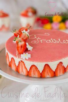 le fraisier , un classique de la pâtisserie Française , une génoise imbibé de sirop, une crème diplomate et pleins de fraises .