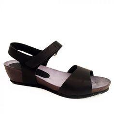 0a334f5b697 Superlove | Sort Sandra sandal i skind med lav kilehæl fra LBDK