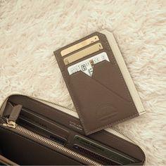 ミニバッグの中身 | 星玲奈オフィシャルブログ「Reina's Diary」Powered by Ameba What In My Bag, What's In Your Bag, Medium Sized Bags, Beige Aesthetic, Best Bags, Small Leather Goods, Travel Makeup, Girls Bags, Rolodex