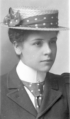 We love the matching hat-band and tie from the late Victorian, early Edwardian era! Victorian Women, Edwardian Era, Edwardian Fashion, Vintage Fashion, Victorian Era, Fashion Goth, Fashion Fall, Womens Fashion, Mode Vintage