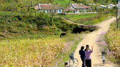 手を振る村人 ▼24Nov2013CNN|写真特集:北朝鮮に消された写真 http://www.cnn.co.jp/photo/35039724-4.html #NKorea #North_Korea #DPRK #PRK #Corea_del_Norte #Coree_du_Nord #Nordkorea