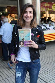 La popular presentadora de 'GH VIP' y 'Supervivientes', Sandra Barneda, ha presentado su libro en la Feria del Libro. Y no ha sido la única: Marta Torné, Christian Gálvez, Mario Vaquerizo y Risto Mejide, entre otros muchos, han querido presumir de obras literarias. ¡Así es como los famosos han celebrado el día de Sant Jordi!