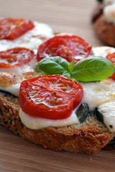 Bruschettas mozzarella, tomates cerise et basilic