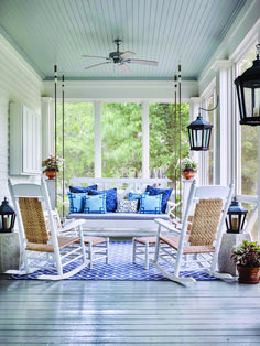 Classic Southern Screen Porch with Light Blue Ceiling - Screened In Porch Decorating Ideas Home Porch, House With Porch, Porch And Patio, Porch Chairs, Blue Patio, Screened Porch Designs, Screened In Porch Furniture, Screened Porches, Enclosed Porches