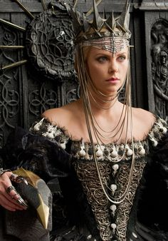 "Charlize Theron as ""Queen Ravenna"" in Snow White and the Huntsman Costume design by Colleen Atwood Colleen Atwood, Charlize Theron, Snow White Huntsman, Conquest Of Mythodea, Queen Ravenna, Snowwhite And The Huntsman, Female Villains, Fantasy Costumes, Movie Costumes"