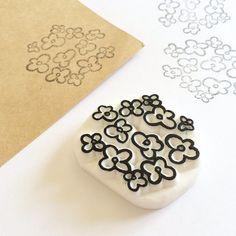 かわいい花柄の消しゴムはんこです。手書き風の味のあるデザイン✳︎ハガキにたくさん押したり◎一つだけでも存在感を発揮!封筒やメモのすみっこに押してもかわいいです。サイズは約 w4.5 x h4 cmです。厚みは1.1cm。持ち手無しでの販売になりますが、厚... Image Transfers, Fabric Printing, Art Decor, Stamping, Carving, Stickers, Tags, Prints, Packaging