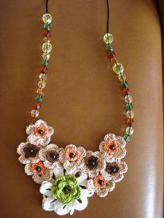 Colar flores em crochet.