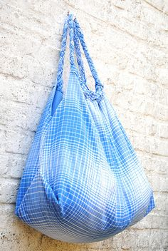 90 minute beach bag. not in english, but the photos provide enough information to make the bag. and you CAN always improvise... :)