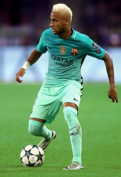 Neymar in action during the UEFA Champions League group C match between VfL Borussia Moenchengladbach and FC Barcelona at Borussia-Park on September 2016 in Moenchengladbach, North Rhine-Westphalia. Soccer World, Play Soccer, Football Soccer, Messi And Neymar, Lionel Messi, Good Soccer Players, Football Players, Camp Nou, Psg