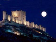 """CASTLES OF SPAIN - Castillo de Peñafiel. Valladolid. El origen de la fortaleza se   remonta al siglo X, existen referencias de su existencia en 943, cuando era rey de León   Ramiro II. En 983 se apoderó de ella Almanzor, hasta que en 1013, fue reconquistada por el   conde Sancho García; a él se debe el cambio del primitivo nombre de Peña Falcón por el de   Peñafiel, cuando el conde Sancho lo toma a los árabes y pronuncia la frase """"desde   hoy en adelante esta será la peña más fiel de…"""