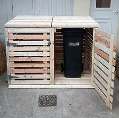 Recycled Pallets Ideas recycled pallet trash can cabinet - With pallets you can even solve this problem too by building this DIY pallet trash can cabinet for your outdoor places and hiding the garbage baskets in a Trash Can Storage Outdoor, Garbage Can Storage, Garbage Shed, Outdoor Trash Cans, Recycled Pallets, Wood Pallets, Repurposed Wood, Recycled Wood, Wood Storage