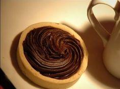 Receita de Tortinha de Chocolate - tortinhas assadas do forno. Rechear com geléia de morangos e cobrir com uma ganache feita com o chocolate meio-amargo e o creme de leite Fonte:...