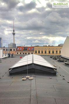 Diese GLASOLUX Außenbeschattung einer Satteldach-Verglasung öffnet und schließt sich von unten nach oben. Louvre, Building, Travel, Gable Roof, Viajes, Buildings, Destinations, Traveling, Trips