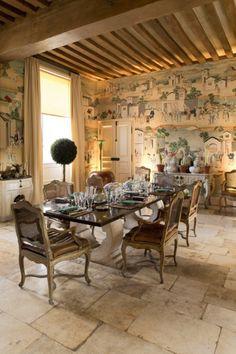 Quand Hubert de Givenchy ouvrait les portes de son manoir du Jonchet - Point de Vue Plain English Kitchen, Barrel Ceiling, Pot Rack Hanging, Cottage Interiors, French Interiors, Stucco Walls, Wood Ceilings, French Country House, Timeless Design