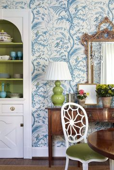 Belle Meade Georgian - Sarah Bartholomew (Bird and Thistle on the walls by Brunschwig & Fils)- Classic with a nod to modern - love it all - esp wallpaper! Classic Interior, Home Interior Design, Interior Decorating, Decorating Games, Decorating Websites, Luxury Interior, Dining Room Wallpaper, Blue And Green, Chinoiserie Wallpaper